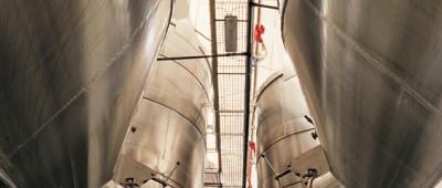 Wiszące kadzie fermentacyjne wino
