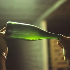 Osad w butelce wina podczas produkcji metodą tradycyjną. BerndtF/ Wikipedia.org