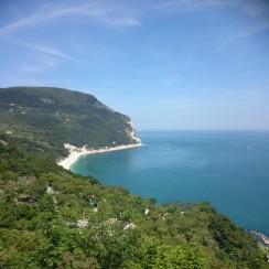 Widok na Mont Conero i Adriatyk.