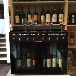 Szeroki wybór win na kieliszki zapewnia maszyna à la Enomatic.