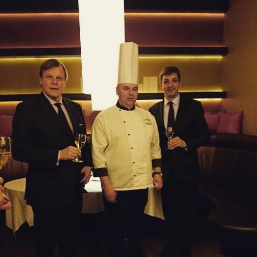 Robert Mielżyński, Marcin Sasin i Goncalo Duarte Silva, dyrektor generalny hotelu Sheraton Warsaw tuż po podpisaniu umowy.