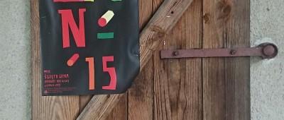 Plakatów Święta Wina wisiało w Janowcu więcej niż tych wyborczych. © Winicjatywa