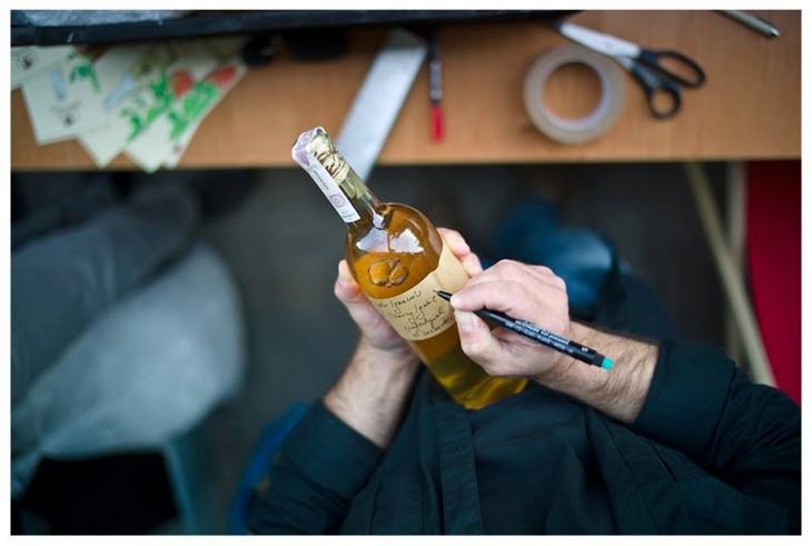 Cydr prawdziwie autoeski – Tomasz Porowski własnoręcznie podpisuje każdą butelkę. © Mario Janiszewski.