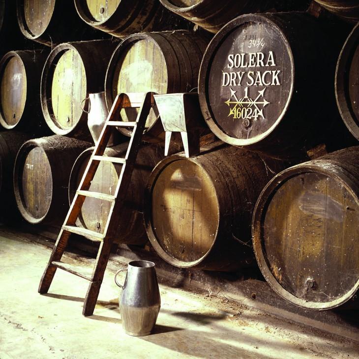 Solera, system połączonych ze sobą beczek, w których powstaje sherry. © Bodega Canoa