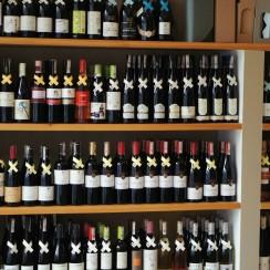 Szeroki wybór win węgierskich w Winofanach. © Sławek Sochaj.