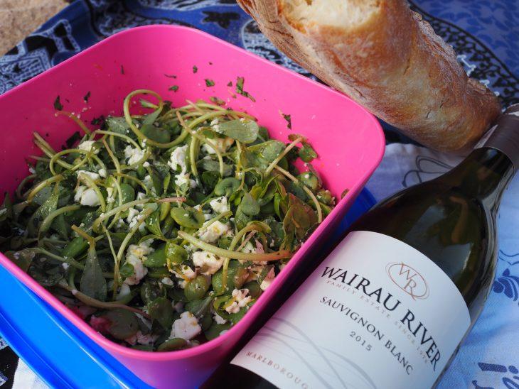 Samo wino super, ale z tą sałatką to zupełnie inny wymiar smaku! © Izabela Kamińska