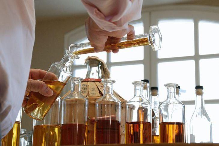 Kupażowanie przypomina pracę w labolatorium...© pediacognac.com.