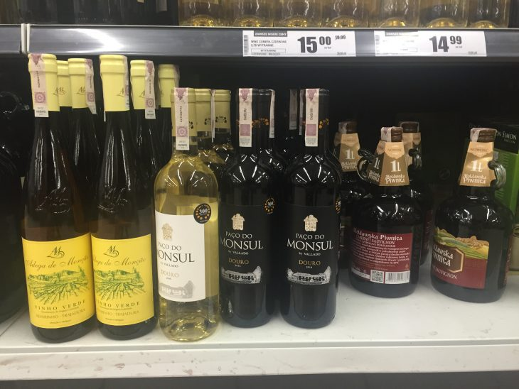 Widok z niedzieli – na półce 3 wina portugalskie, ale żadne nie należy do bieżącej oferty.