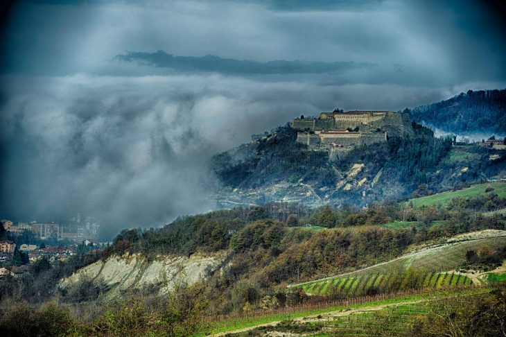 Nad miasteczkiem Gavi góruje ogromna forteca. © Maurizio Ravera:: Consorzio del Gavi
