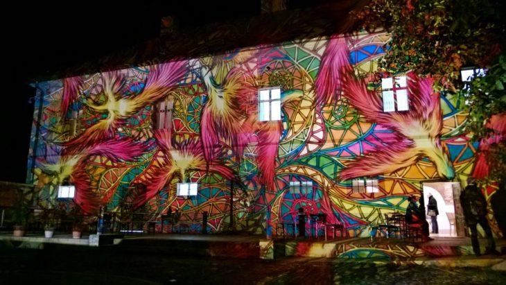 Wieczorny mapping na budynku winiarni Füleky. © Maciej Nowicki.